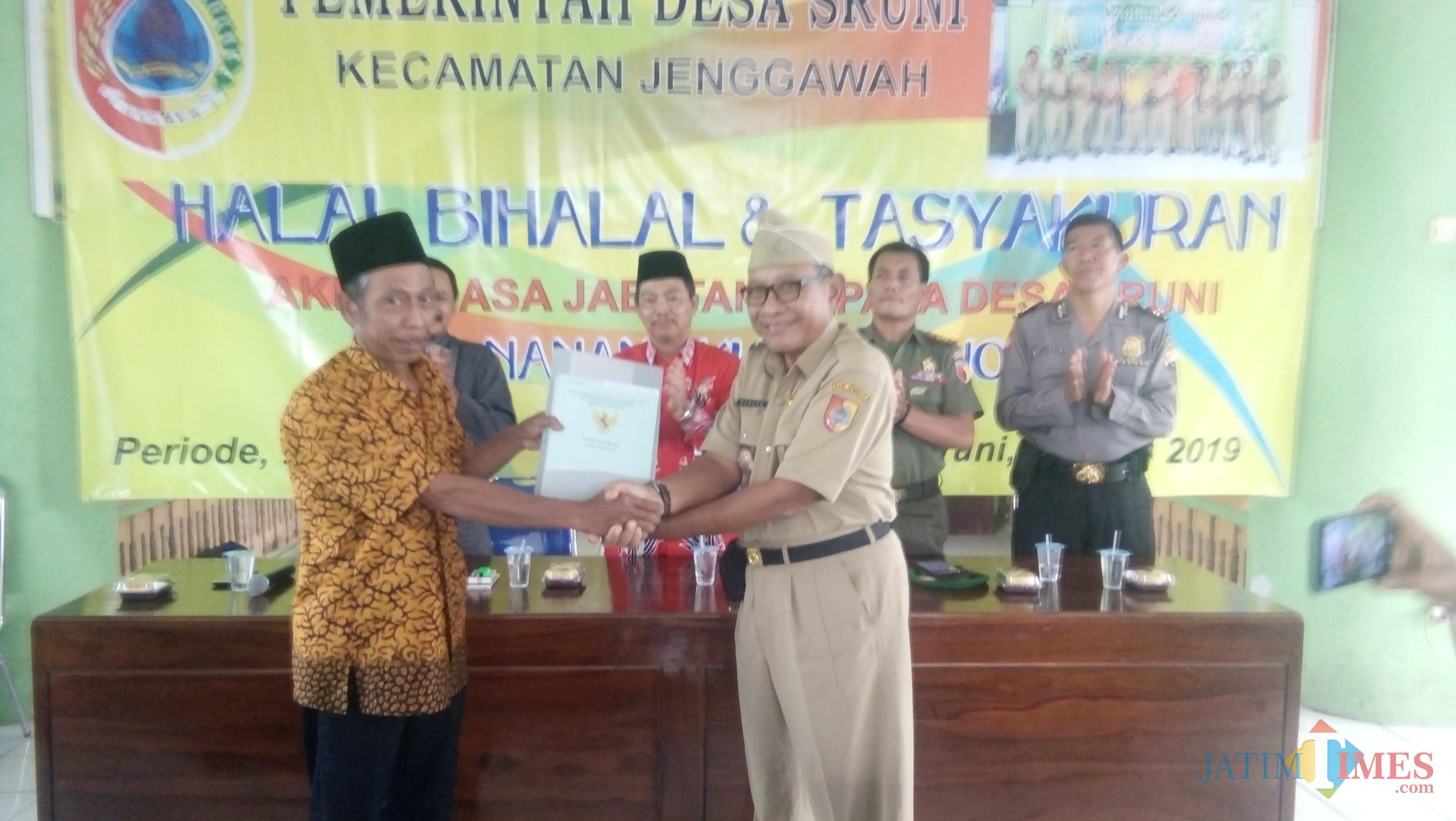HM Nanang Kusminarno (sisi kanan) saat memberikan sertifikat secara simbolis kepada warga (foto : Moh. Ali Makrus / Jatim TIMES)