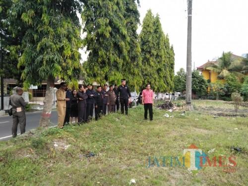 Jajaran Eksekutif dan Legislatif Kota Blitar saat sidak di areal persawahan di Jalan Sumatera, Kota Blitar.(Foto : Team  BlitarTIMES)