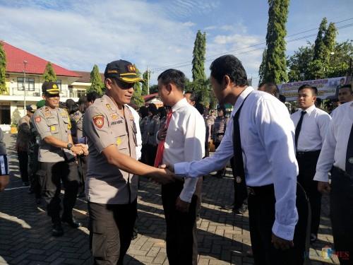 Kapolres Awan salaman dengan personel Pam Sidang Perselisihan Hasil Pemilu (PHPU) tahun 2019 (Foto Heru Hartanto / Situbondo TIMES)