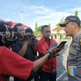 Kapolres Situbondo saat diwawancarai sejumlah wartawan. (Foto Heru Hartanto/Situbondo TIMES)