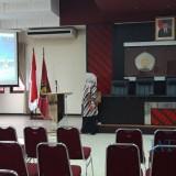 Koordinator Pengelola Video Conference Fakultas Hukum UB, Herlin Wijayati saat menjelaskan kepada awak media. (Foto: Imarotul Izzah/MalangTIMES)