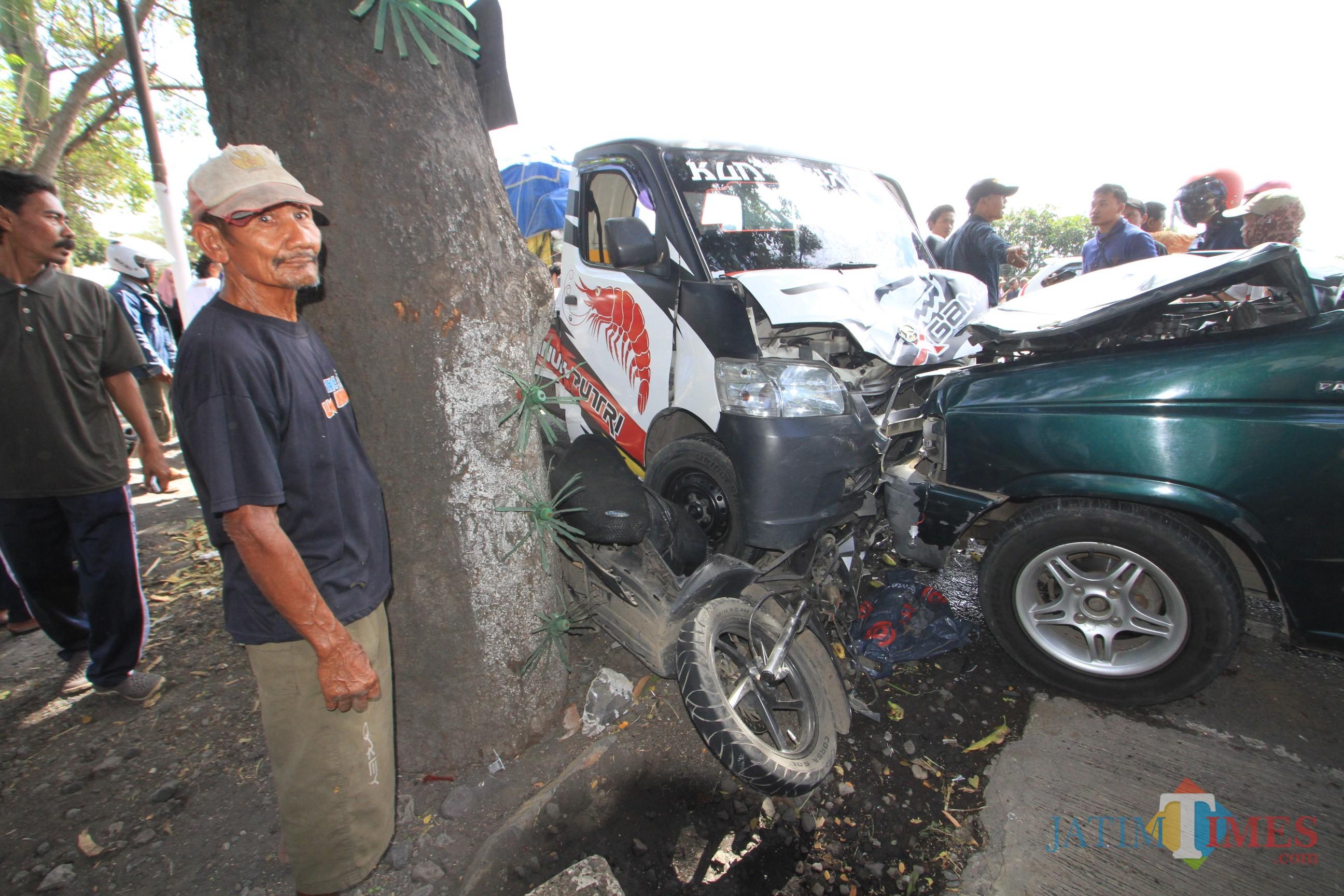 Nasib kendaraan roda dua yang dihantam 2 kendaraan roda empat di jalur pantura jalan raya jurusan Probolinggo-Surabaya (Agus Salam.Jatim TIMES)