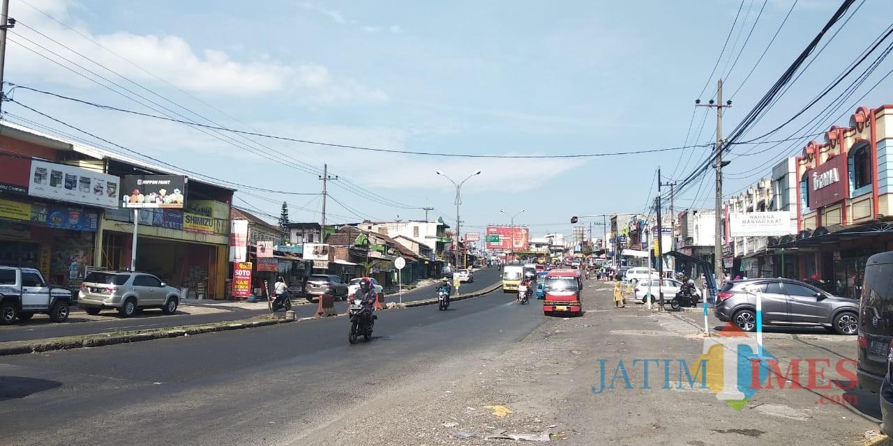 Pantauan lalu lintas di jalur arteri Lawang-Singosari, Kabupaten Malang. (Foto: Nurlayla Ratri/MalangTIMES)