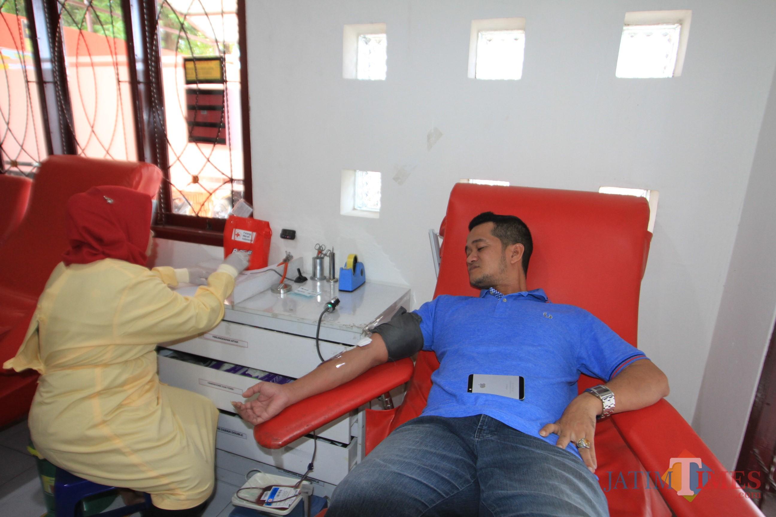 Salah satu warga Kota Probolinggo mendonorkan darahnya ke UTD  Unit Transfusi Darah setempat (Agus Salam/Jatim TIMES)
