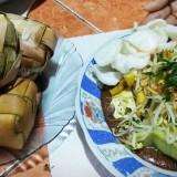 Tampilan menu ketupat oyek yang menjadi hidangan khas Lebaran di Kecamatan Tumpang, Kabupaten Malang. (Foto: Nurlayla Ratri/MalangTIMES)