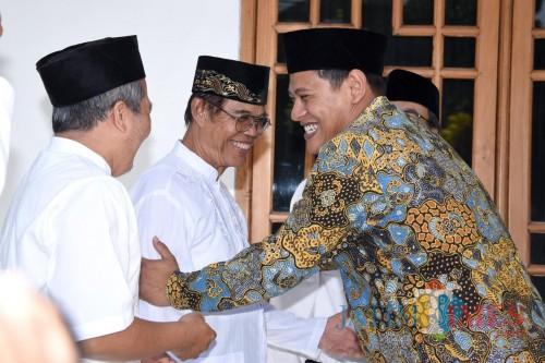Walikota Kediri Abdullah Abu Bakar saat berkunjung ke pondok pesantren. (eko Arif s /JatimTimes)