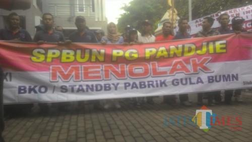 Aksi demo APTR dan karyawan PG Panji serta PG Olean. (Foto Sony Haryono / Situbondo TIMES)