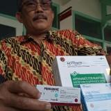 Didik Eka tunjukan obat untuk Malaria (foto : Joko Pramono/Jatimtimes)