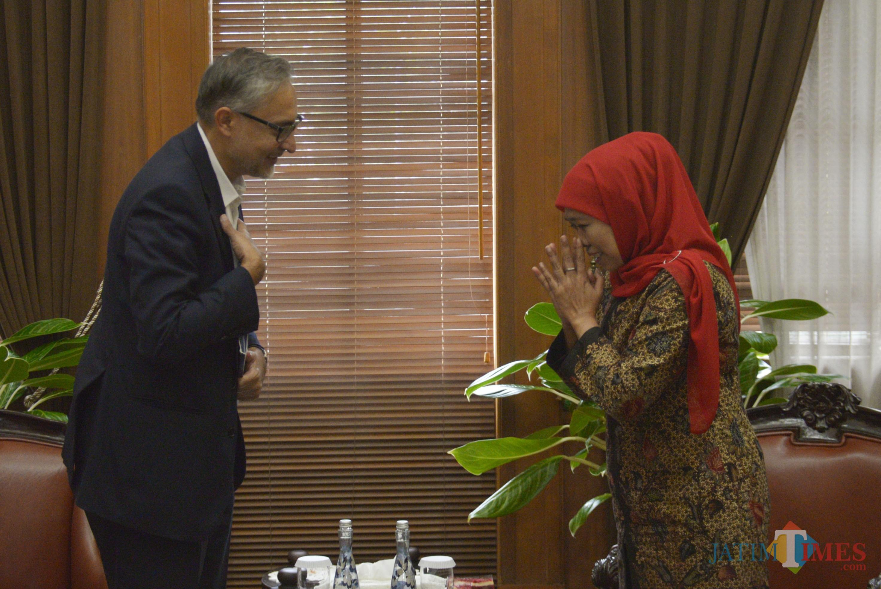 Gubernur Khofifah ketika menerima kunjungan Duta Besar Inggris