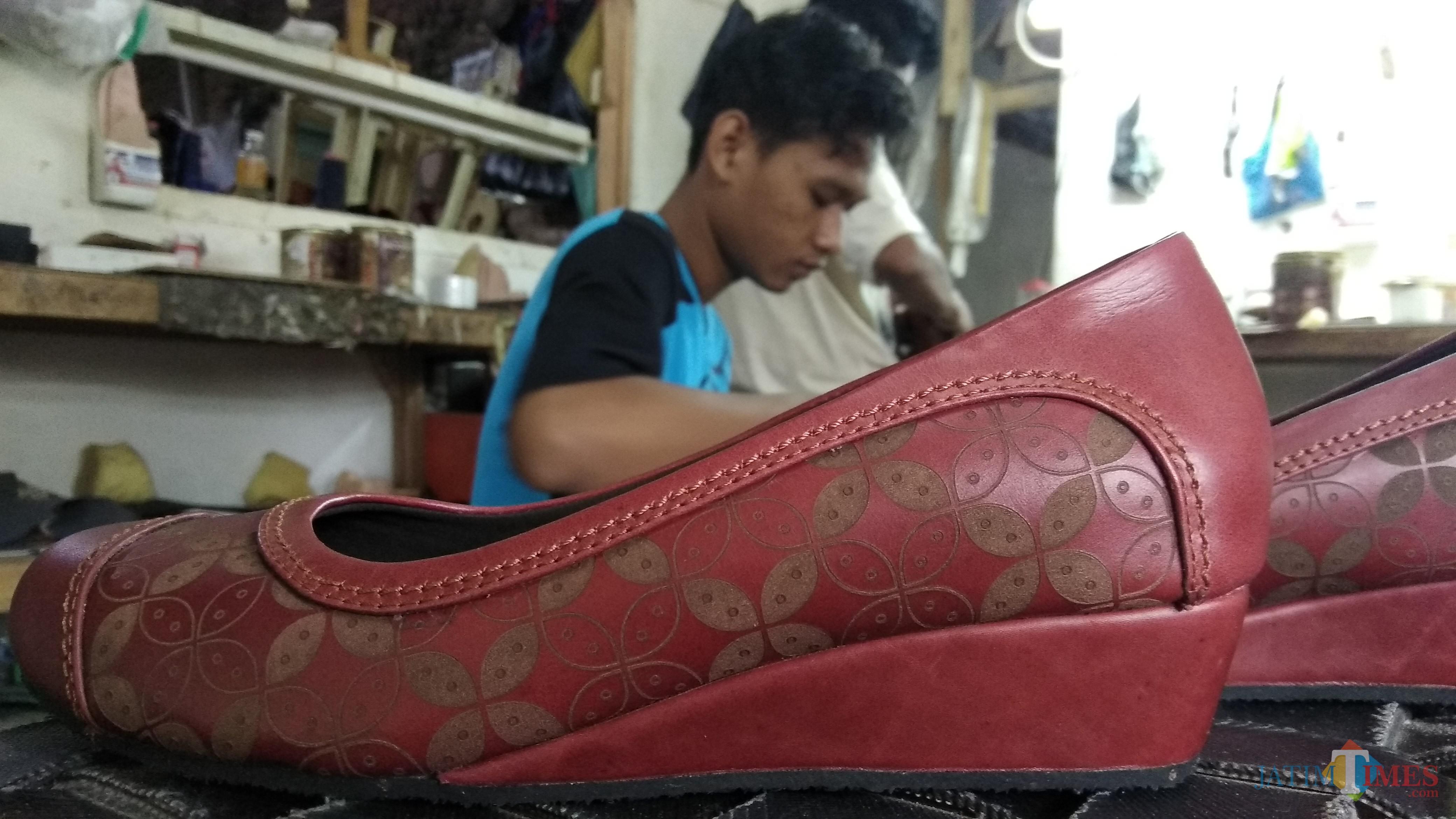 Para pekerja tengah membuat sepatu handmade di rumah produksi Jo'Iin Waris Shoes di Jalan Nakula, Kota Malang. (Foto: Nurlayla Ratri/MalangTIMES)
