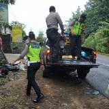 Polisi mengevakuasi korban laka dan kendaraan yang terlibat kecelakaan di Brongkos Kesamben