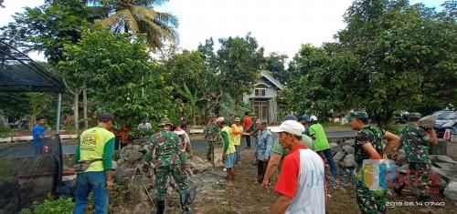 Semangat gotong royong Anggota Koramil  Talun dan warga Desa Kendalrejo