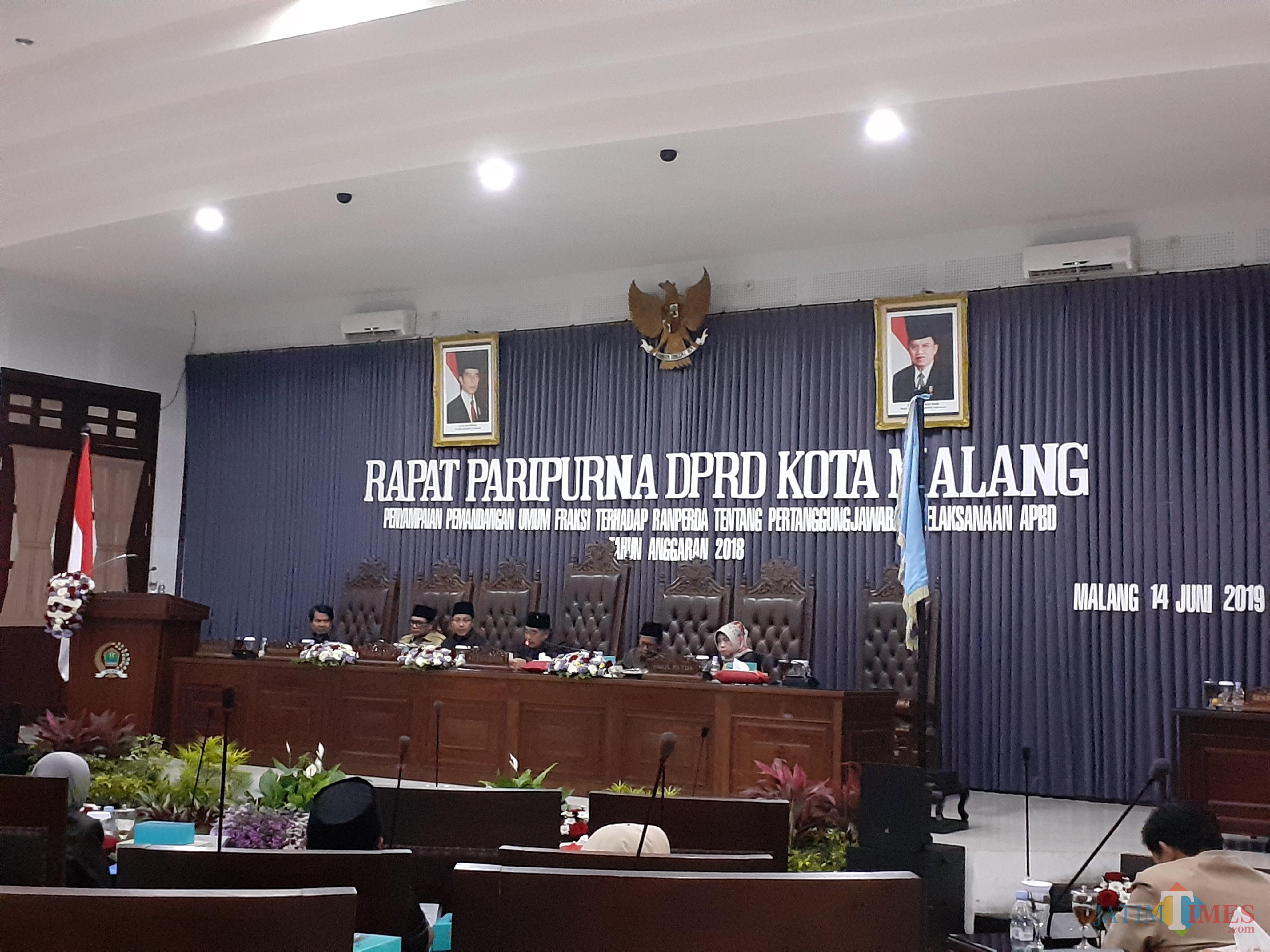 Suasana saat penyampaian pandangan fraksi dari anggota DPRD Kota Malang dalam Rapat Paripurna (Arifina Cahyanti Firdausi/MalangTIMES)