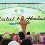 Wakil Wali Kota Kediri Lilik Muhibbah saat memberikan sambutan dalam acara halalbihalal di Pemkot Kediri. (eko Arif s /JatimTimes)