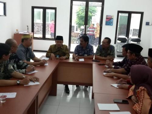 Wali Kota Malang Sutiaji (kenakan kacamata) saat memberi arahan kepada camat dan lurah di kawasan Kelurahan Lowokwaru (Humas Pemkot Malang for MalangTIMES).
