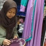 Ilustrasi, pembuat jilbab hias sulam di Malang tengah melakukan proses produksi. (Foto: Nurlayla Ratri/MalangTIMES)