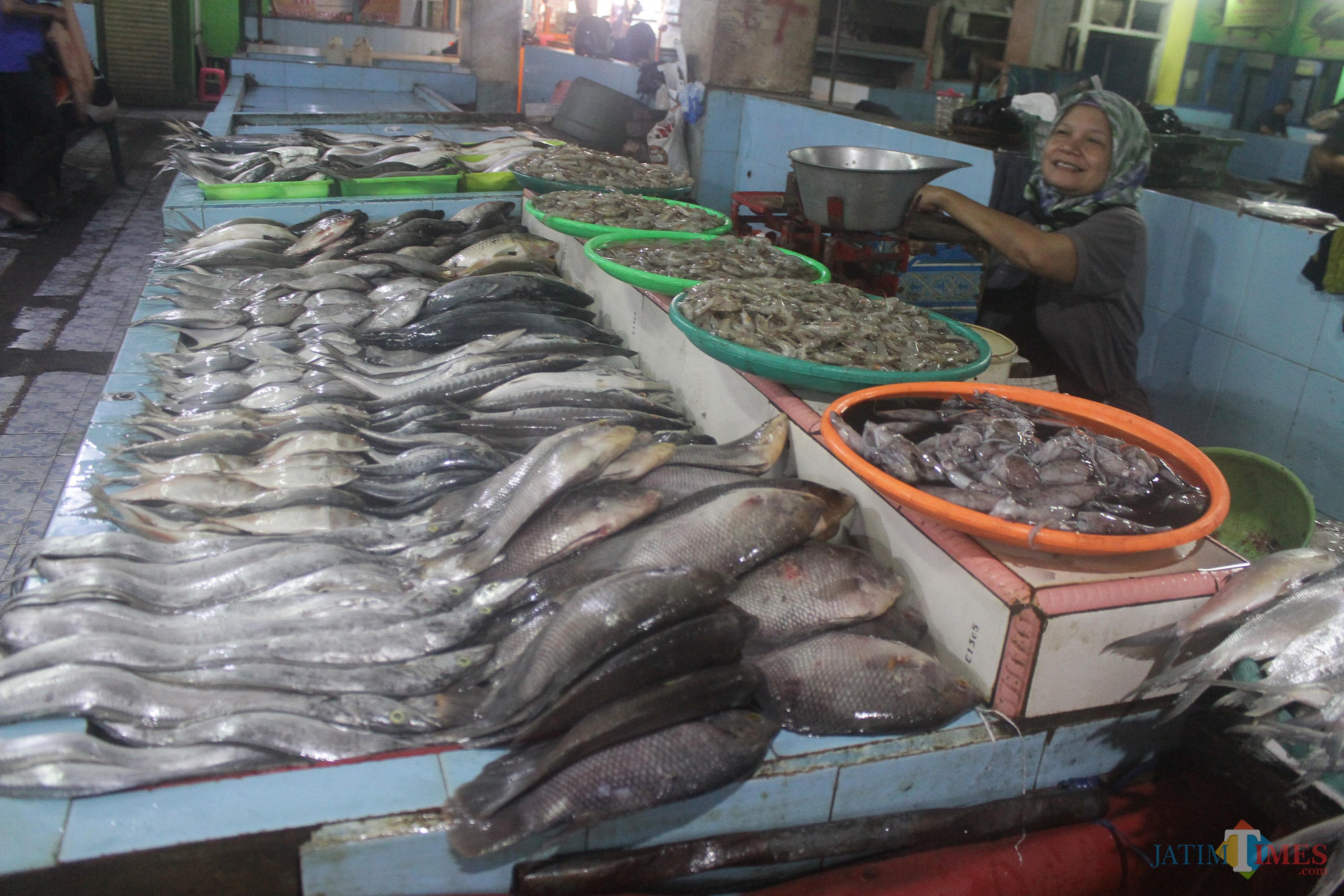 Para pedagang menyebut harga ikan laut yang tinggi berpengaruh pada turunnya permintaan pembeli. (Foto: Nurlayla Ratri/MalangTIMES)