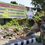 Spanduk menggelitik  larangan di jalan Sam ratulangi Kelurahan Setonopande Kecamatan Kota Kediri. (eko Arif /JatimTimes)