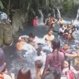 Suasana keributan dalam pemandian air panas Guci,�Kali Wadas,�di Tegal. (Foto:�Facebook Arull Asbsk Sokih)