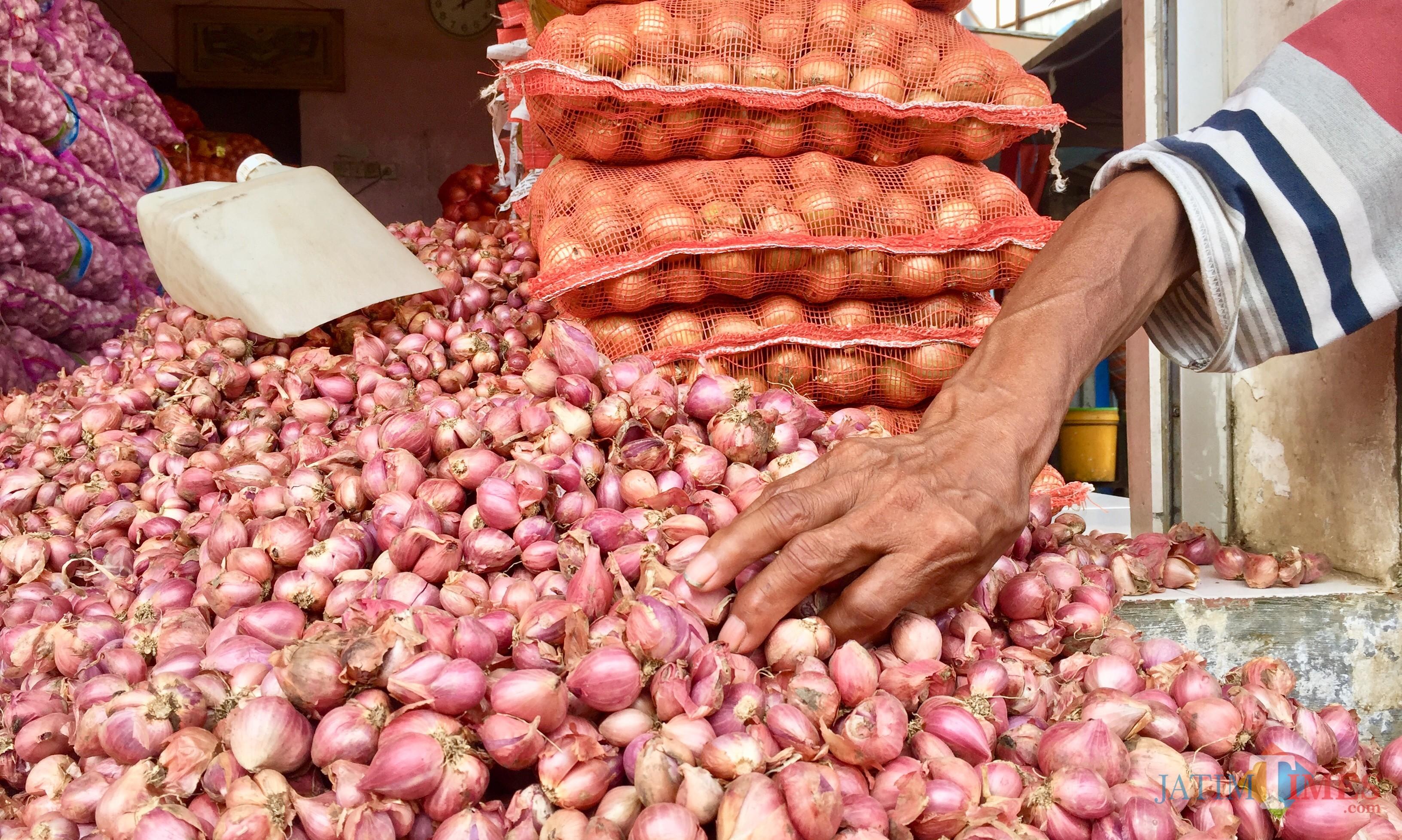 Bawang merah di pasar sayur Kota Batu. (Foto: Irsya Richa/MalangTIMES)