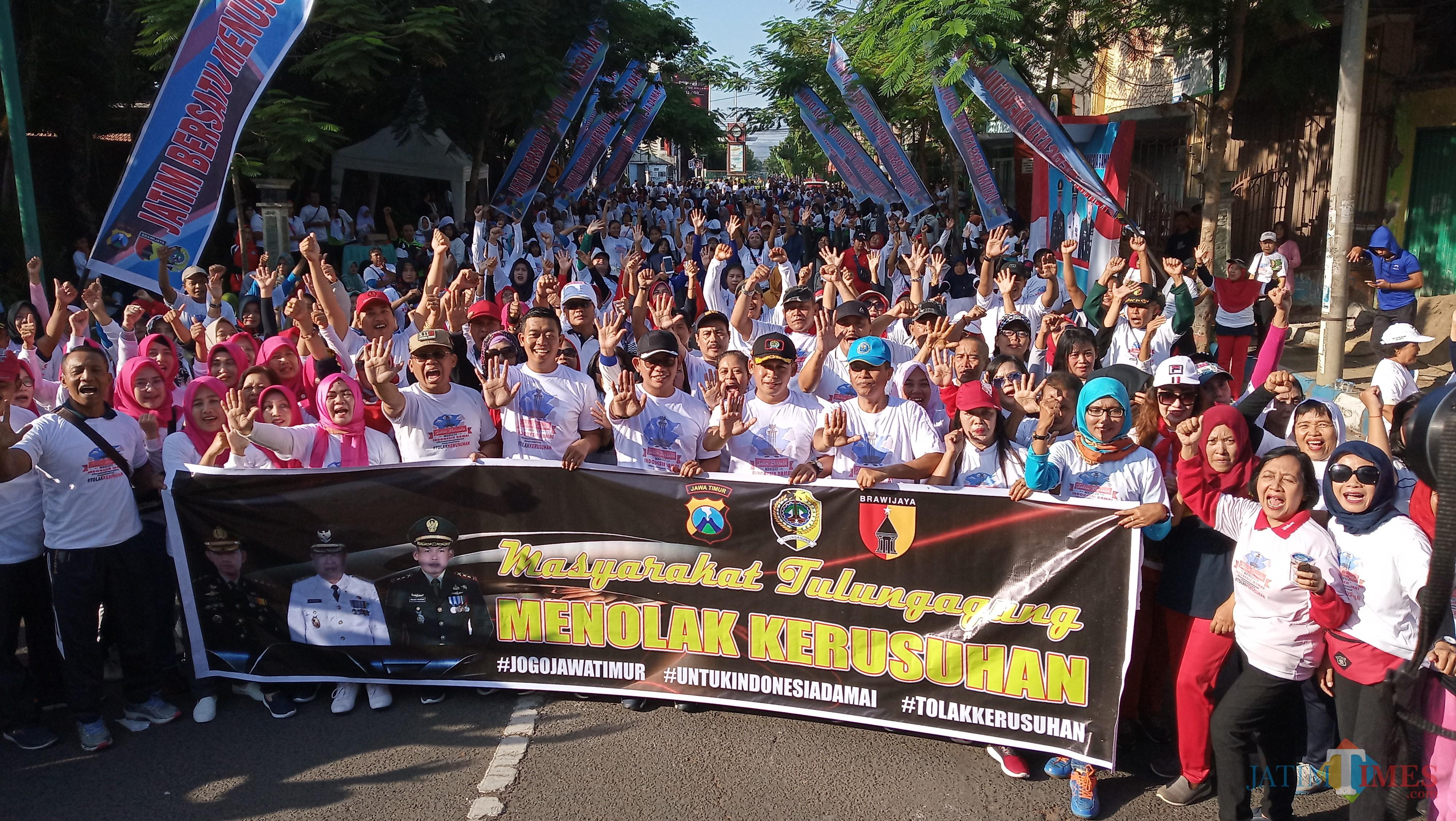 Forkopimda dan ribuan masyarakat Tulungagung deklarasi tolak kerusuhan di Alun-alun Tulungagung (foto : Joko Pramono/JatimTIMES)