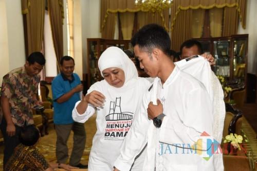 Gubernur Jatim Khofifah ketika menerima Agus Salim