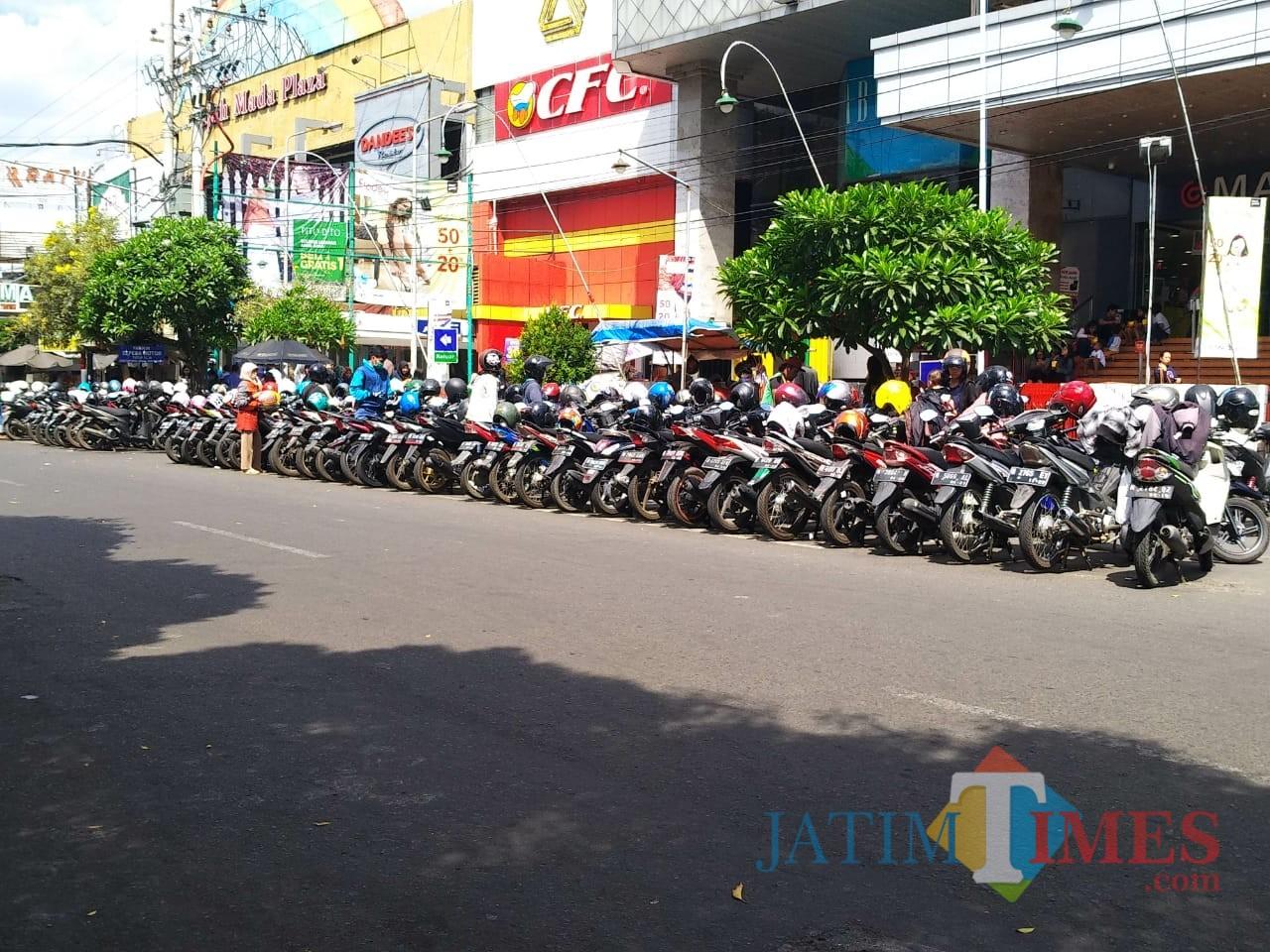 Ilustrasi salah satu area parkir yang berada di area jalan raya Kota Malang (Arifina Cahyanti Firdausi/MalangTIMES)