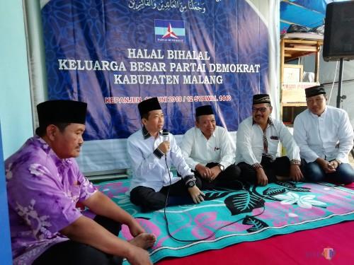 Ketua DPC Partai Demokrat Kabupaten Malang Ir H Ghufron Marzuqi (dua dari kiri) saat memberikan sambutan dalam acara halalbihalal, Minggu (16/06). (Nana)