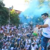Panitia melempar bubuk warna ke peserta Color Run Kota Probolinggo (Agus Salam/JatimTIMES)
