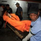 Saat jasad korban  hendak dibawa ke RSUD dr Muhammad Saleh, Kota Probolinggo (foto:  Salam/JatimTIMES)