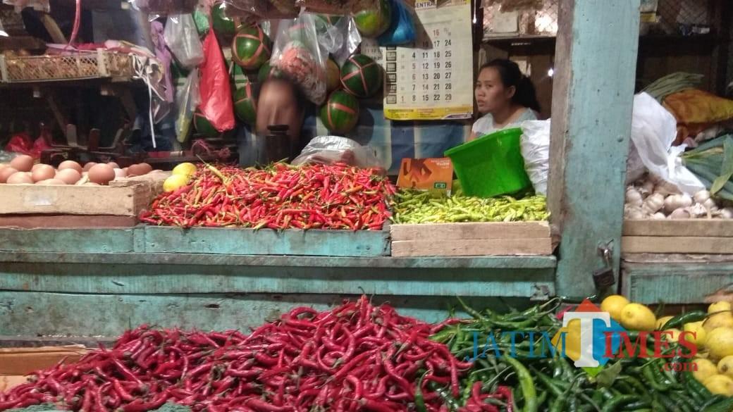 Salah satu pedagang  di Pasar Baru Kota Probolinggo (Agus Salam/Jatim TIMES)