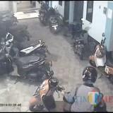 Screen shot rekaman CCTV pada saat pelaku menggasak motor milik korban