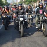 Wakil Wali Kota Surabaya Whisnu Sakti ketika mengendarai motor bersama ratusan komunitas motor di Surabaya.