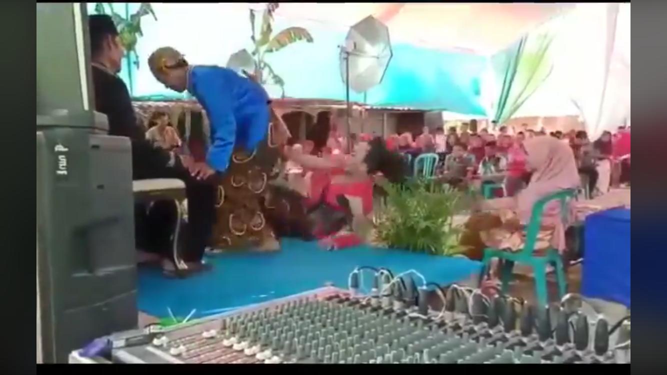 Wanita saat menampingi mempelai pria terjungkap di panggung pelaminan. (Foto: istimewa)
