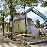 Alat berat merobohkan bangunan yang masih berdiri di lahan Pasar Pon. (Foto : Ganez Radisa)