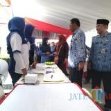 Asisten Pemerintahan dan Kesra Akhmad Husein dan Kepala Disnaker Haris S. meninjau stan mini Job Fair.(Foto :  Team BlitarTIMES)