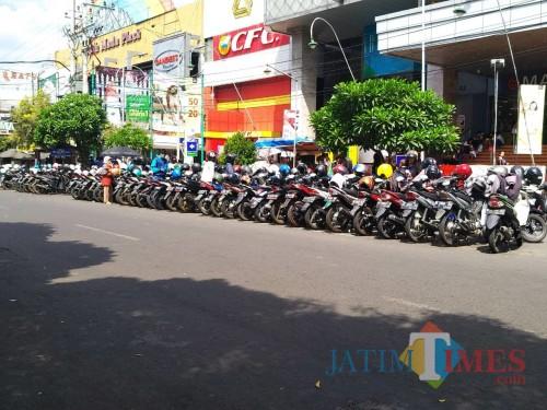 Ilustrasi kendaraan yang parkir di salah satu pinggir jalan Kota Malang (Arifina Cahyanti Firdausi/MalangTIMES)