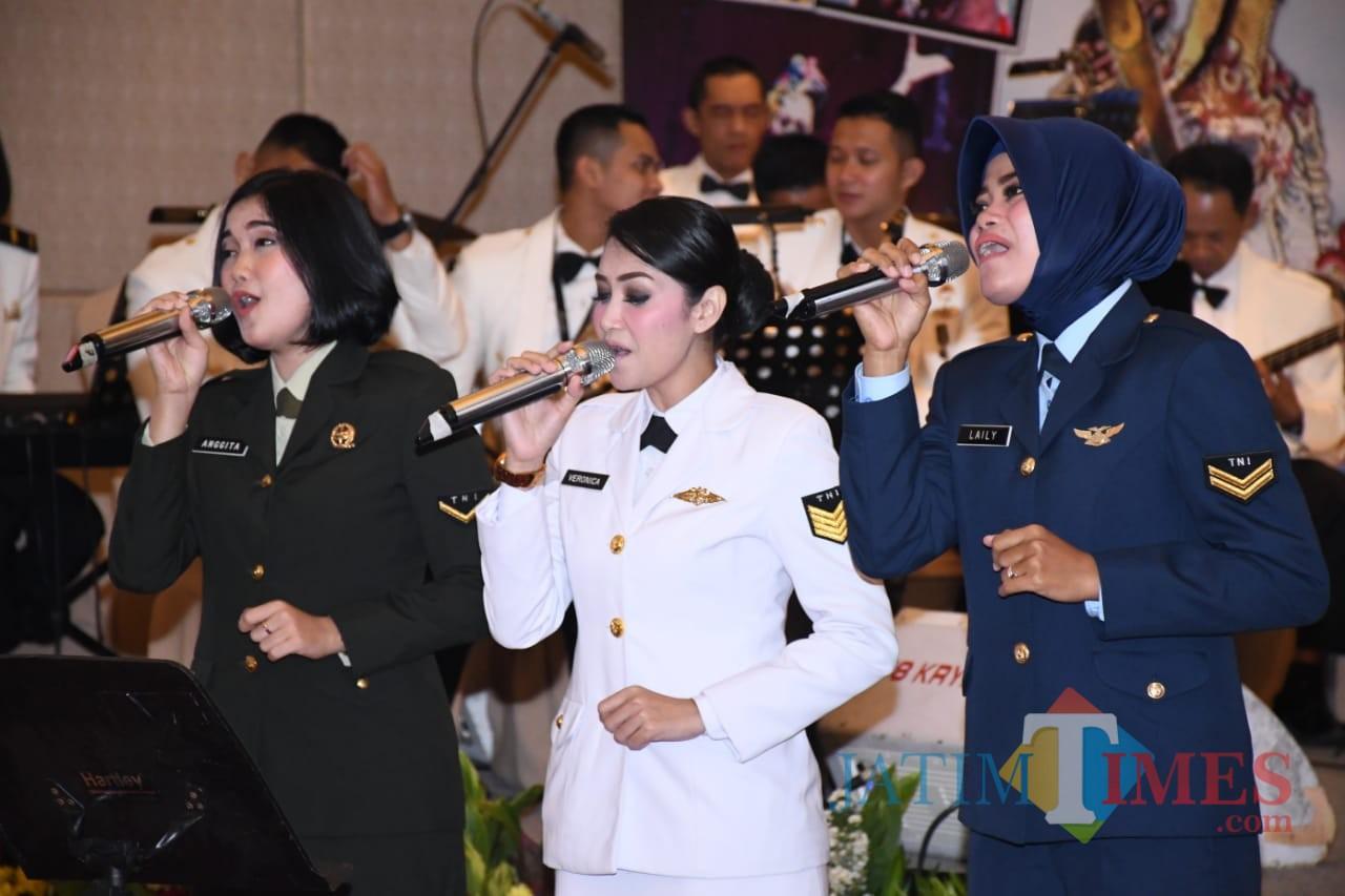 Para bintara yang ditugaskan sebagai kru orkestra dan penyanyi. (Foto: Lanud Abd Saleh for MalangTIMES)