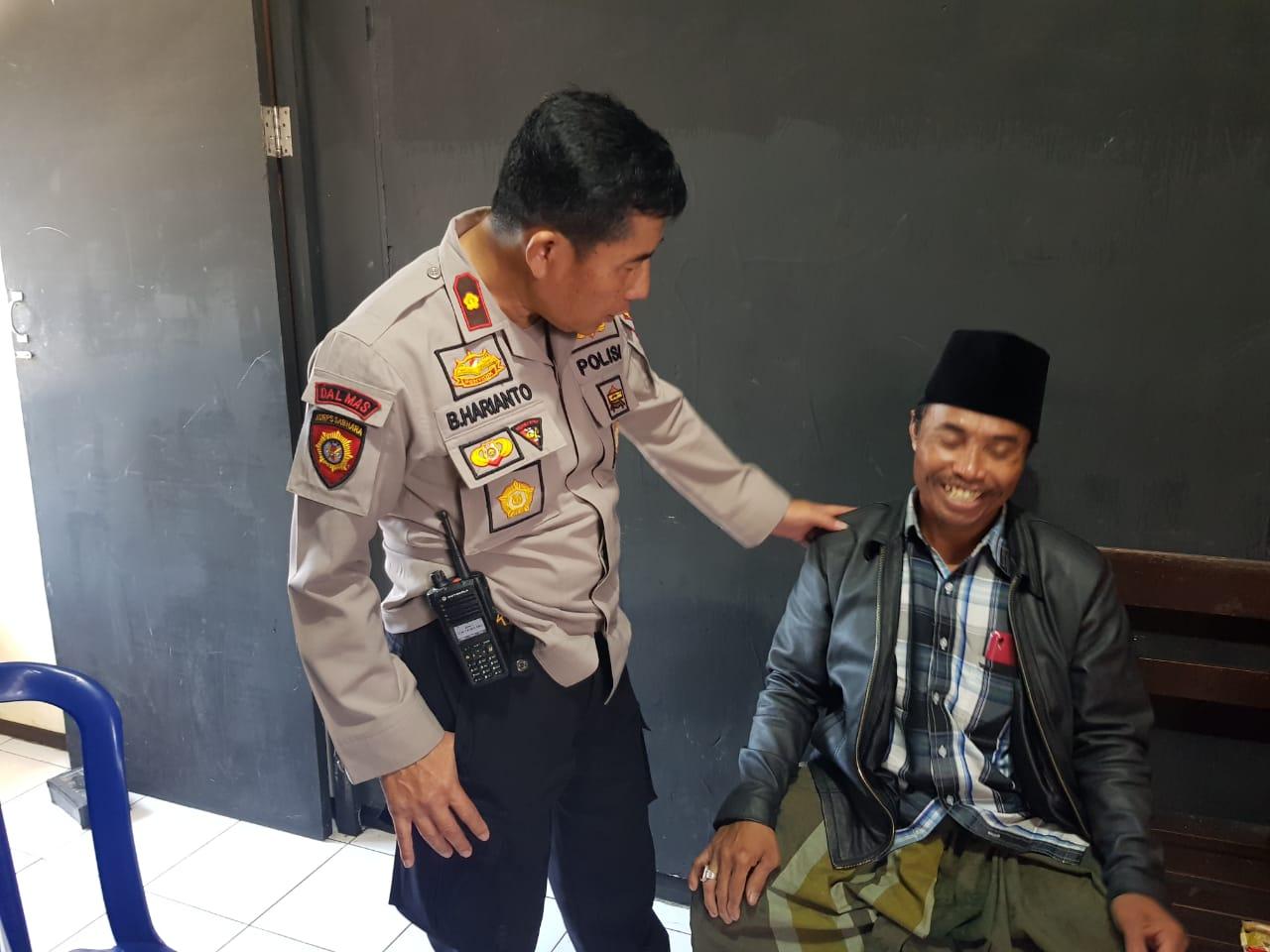 Kapolsek Klojen saat mengintrogasi singkat oknum koordinator parkir di Alun-Alun Malang (Polsek Klojen )
