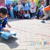 Lomba memindah dingklil sebagai ruang merangsang motorik anak-anak untuk tumbuhnya kecerdasan (Disdik for MalangTIMES)