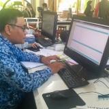 Pengentry-an data PPDB di SMAN 1 Malang. (Foto: Imarotul Izzah/MalangTIMES)