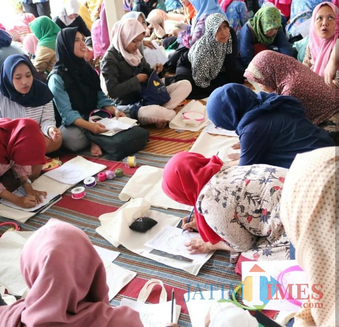 Peserta menyulam yang digelar Dinas Pendidikan Kabupaten Malang bersama LPK Ganesha. (Disdik for MalangTIMES)
