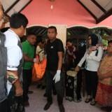 Saat jasad Endang S dievakuasi dari dalam rumahnya untuk dibawa ke RSUD dr Muhamad Saleh (Agus Salam/Jatim TIMES)
