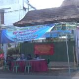 Sejumlah petugas PPDB saat berjaga di depan SMP 3 Tanggul selama proses PPDB (foto : f kosasih a / Jatim TIMES)
