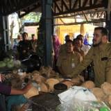 Wali Kota Probolinggo, Hadi Zainal Abidin saat meninjau Pasar Ketapang  (Agus Salam/Jatim TIMES)