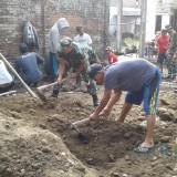 Anggota Koramil Wlingi dan warga gotong royong bangun Mushola