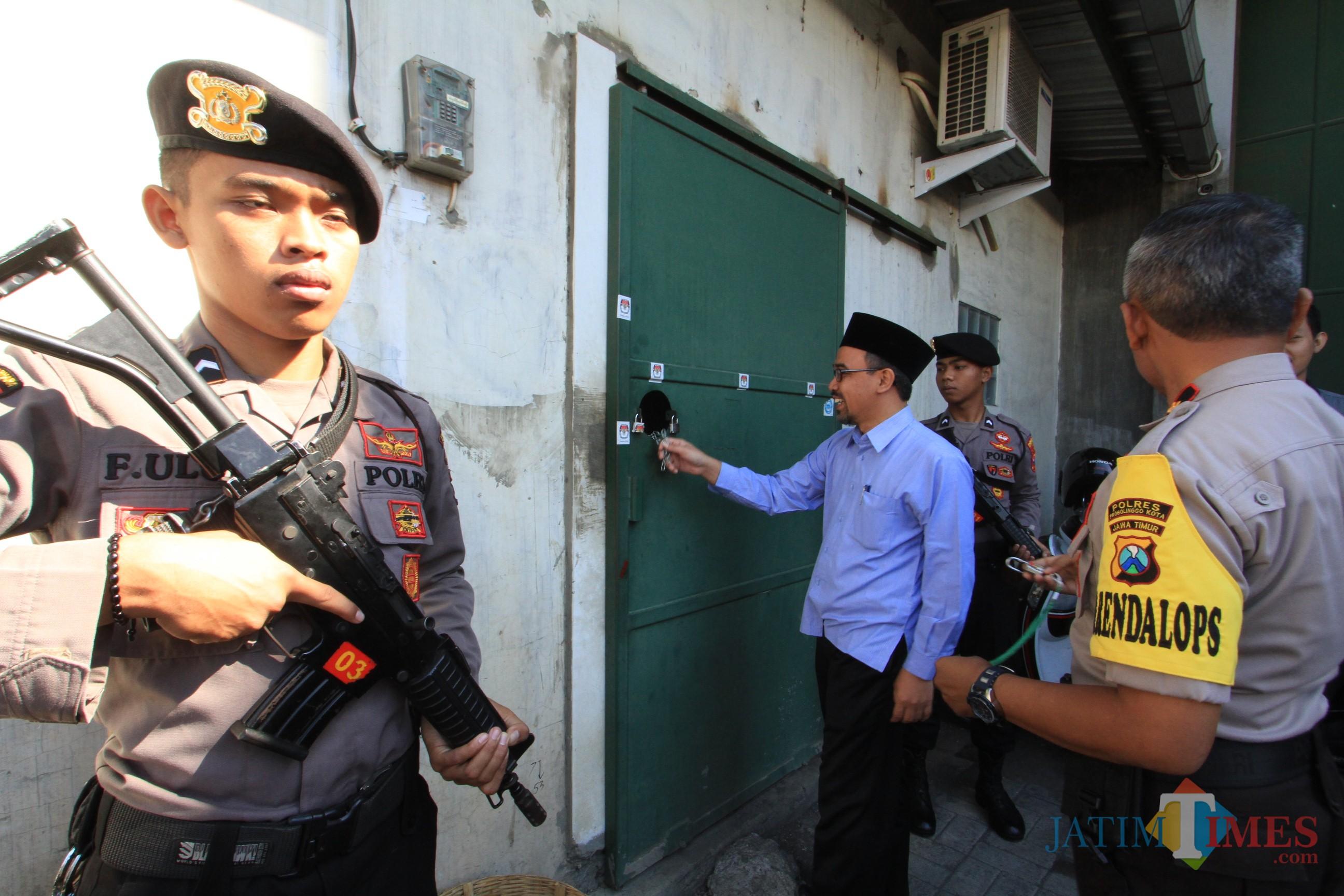 Ketua KPU Kota Probolinggo Ahmad Hudri saat membuka pintu gudang penyimpanan kotak suara(Agus Salam/Jatim TIMES)