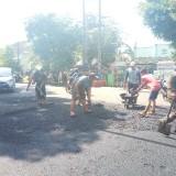 Petugas DPUPR nampak menata material aspal di Jalan Untung Suropati Selatan (Anggara Sudiongko/MalangTIMES)