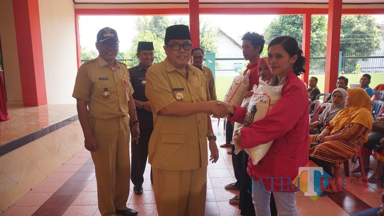 Plt Wali Kota Blitar Santoso memberikan Rastrada secara simbolik kepada Keluarga Penerima Manfaat