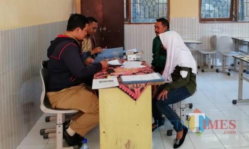 Salah satu siswa sedang melakukan pendaftaran di Sekolah Satu Atap SMP di Desa Gunungsari, Kecamatan Bumiaji. (Foto: Irsya Richa/MalangTIMES)